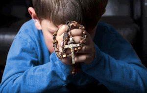 Bimbo in preghiera